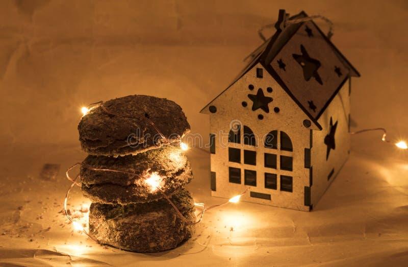 Galletas del pan de jengibre de la Navidad, comida tradicional de las vacaciones de invierno fotografía de archivo