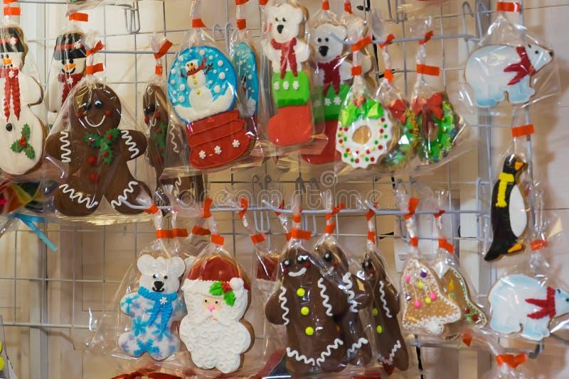Galletas del pan de jengibre de la Navidad en el mercado fotografía de archivo libre de regalías