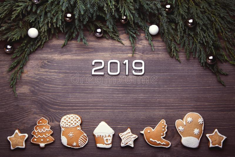 Galletas 2019 del pan de jengibre de la Navidad Fondo del Año Nuevo imagen de archivo libre de regalías