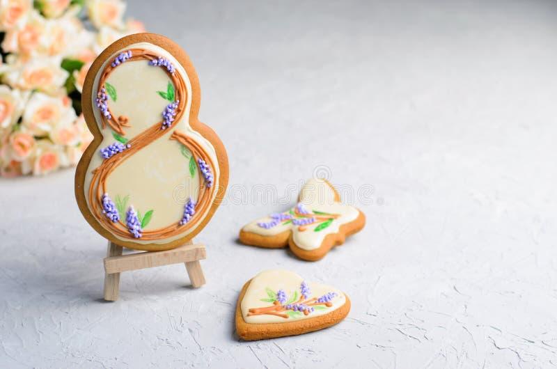 Galletas del pan de jengibre para el 8 de marzo, el día de las mujeres, galletas hechas a mano con Sugar Icing fotos de archivo