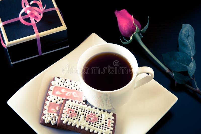 Galletas del pan de jengibre y taza hechas en casa de coffe con el regalo imagen de archivo libre de regalías