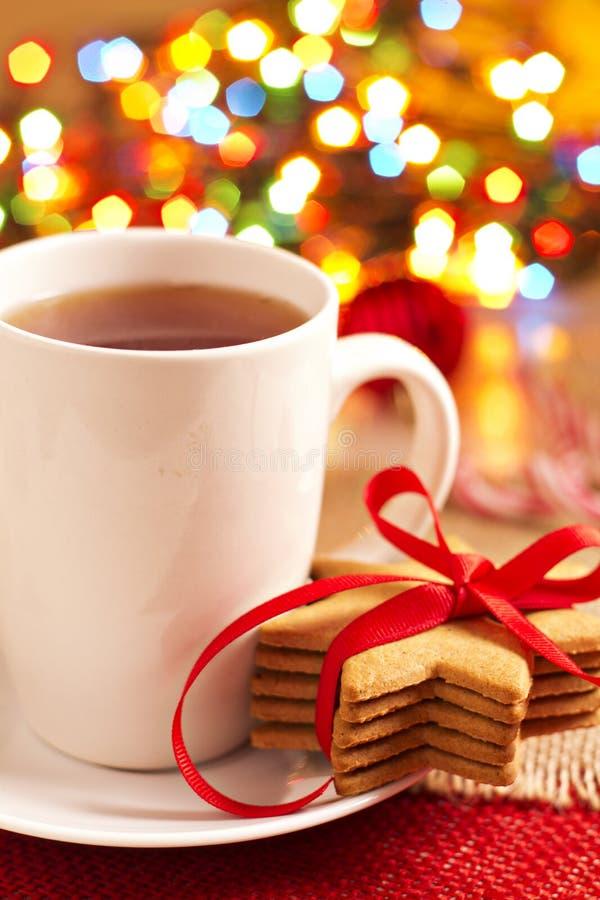 Galletas del pan de jengibre y una taza de té imagen de archivo