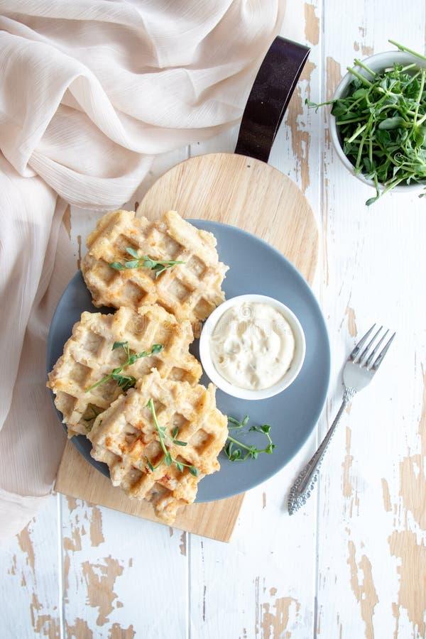 Galletas del pollo y del queso con la salsa de crema agria imagen de archivo libre de regalías