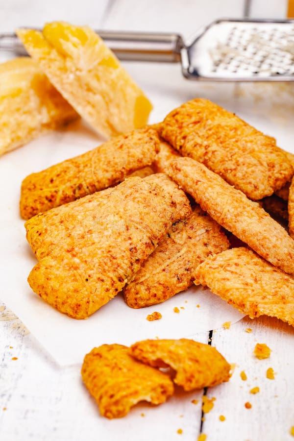 Galletas del queso en la tabla r?stica de madera foto de archivo libre de regalías