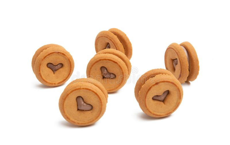galletas dobles con un corazón y un chocolate imágenes de archivo libres de regalías