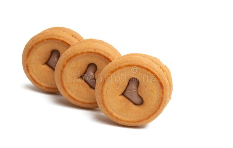 galletas dobles con un corazón y un chocolate imagenes de archivo