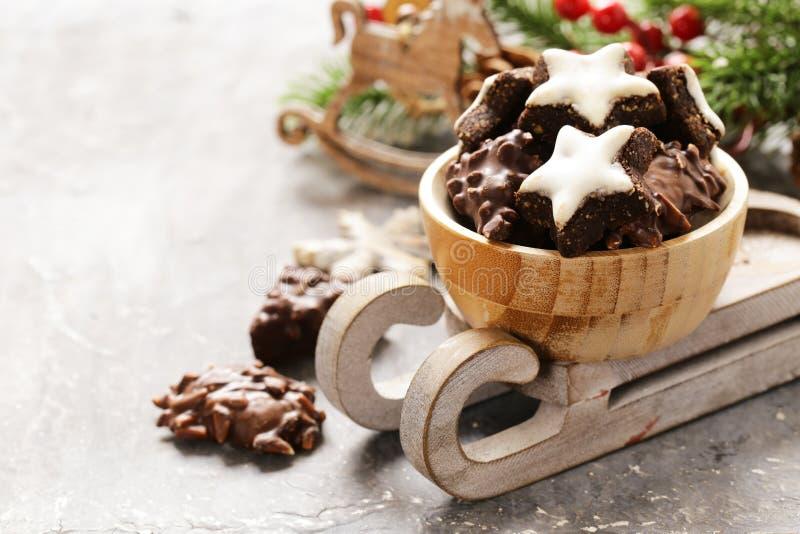 Galletas dulces del pan de jengibre de la Navidad tradicional imágenes de archivo libres de regalías