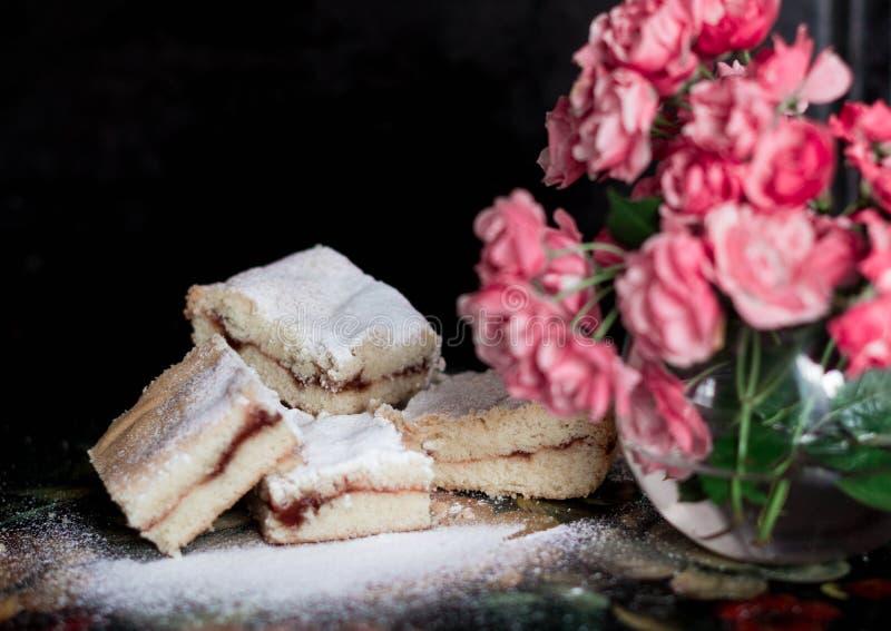 Galletas dulces hechas en casa con el atasco, asperjado con el azúcar en polvo, cierre para arriba fotos de archivo