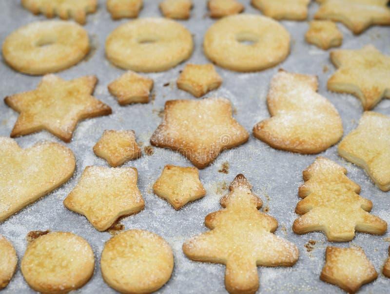 Galletas dulces tradicionales de la Navidad en un molde para el horno foto de archivo