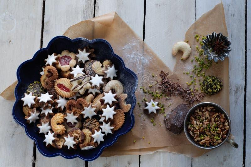 Galletas e ingredientes clasificados de la Navidad imagen de archivo