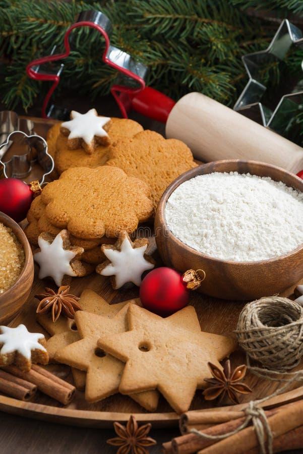 Galletas e ingredientes clasificados de la Navidad para cocer fotografía de archivo