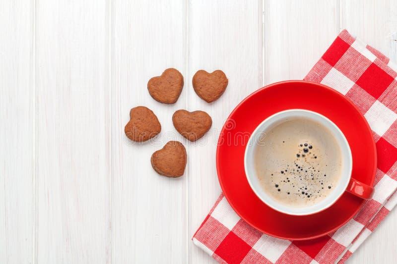 Galletas en forma de corazón del día de tarjetas del día de San Valentín y taza de café roja foto de archivo libre de regalías