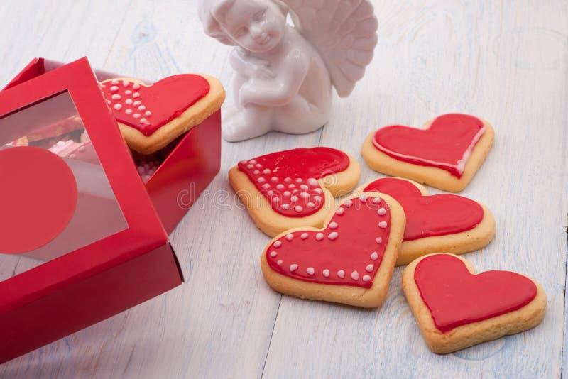 Galletas en la forma de corazones el día del ` s de la tarjeta del día de San Valentín imagen de archivo