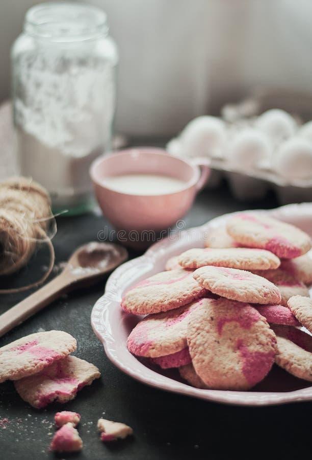 Galletas en rosa imagen de archivo libre de regalías