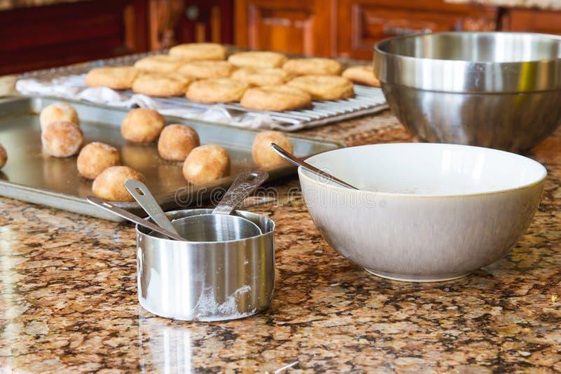 Galletas en una bandeja del horno lista para entrar el horno y el enfriamiento cocido de las galletas; fotos de archivo libres de regalías