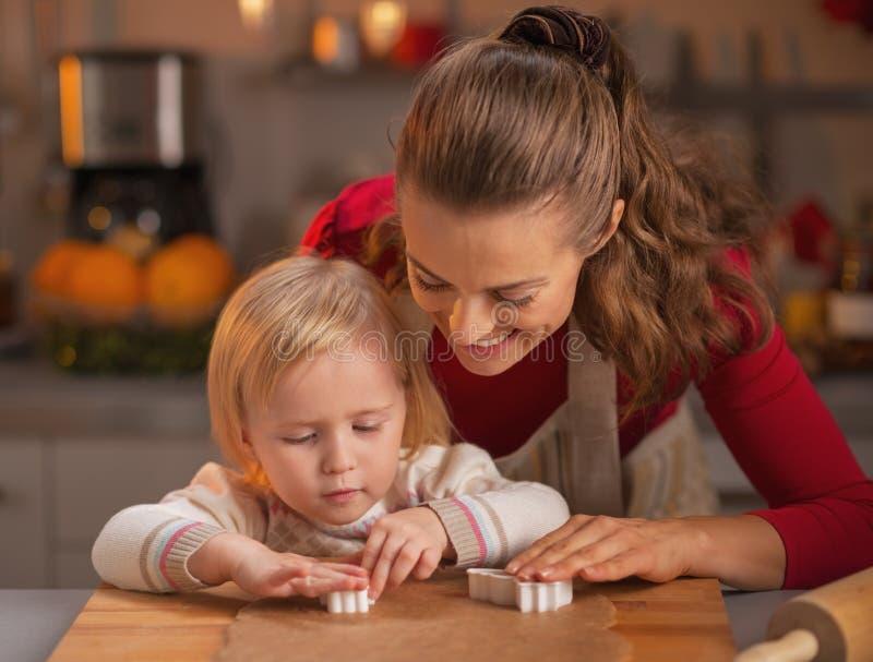 Galletas felices de la Navidad del corte de la madre y del bebé de la pasta fotografía de archivo