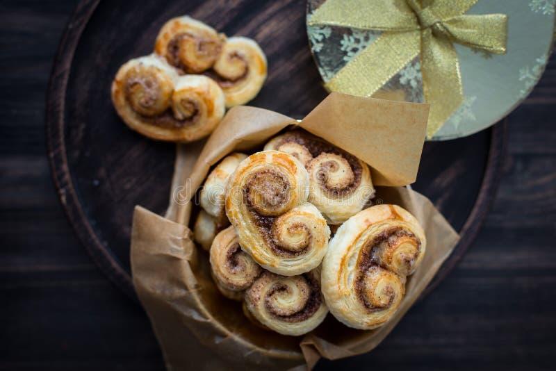 Galletas, florituras, pretzeles de la pasta de hojaldre con el azúcar y canela fotografía de archivo