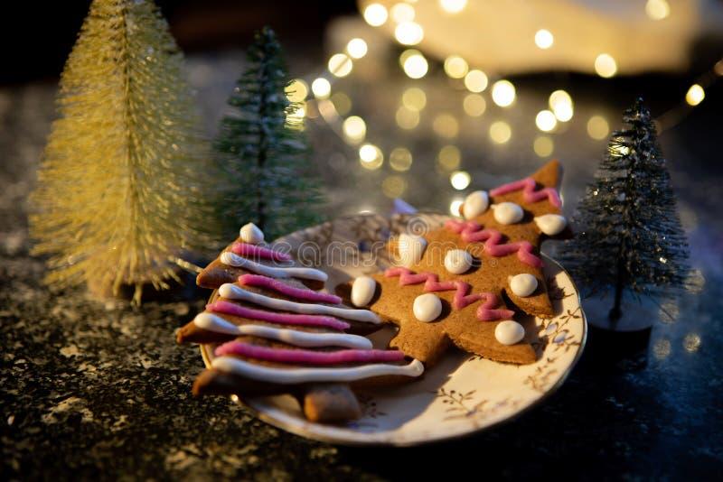 Galletas formadas árbol de navidad del pan de jengibre foto de archivo