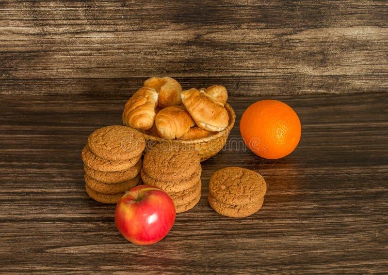 Galletas, frutas y cruasanes imagen de archivo libre de regalías