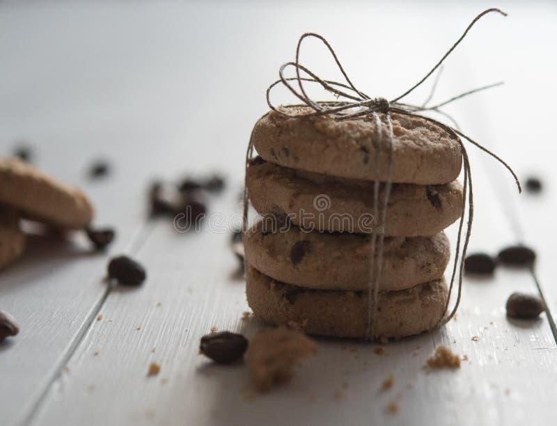 Galletas hechas en casa con cierre trasero de la luz de la panadería de la luz de la mañana del chokolate del desayuno rústico ma fotos de archivo