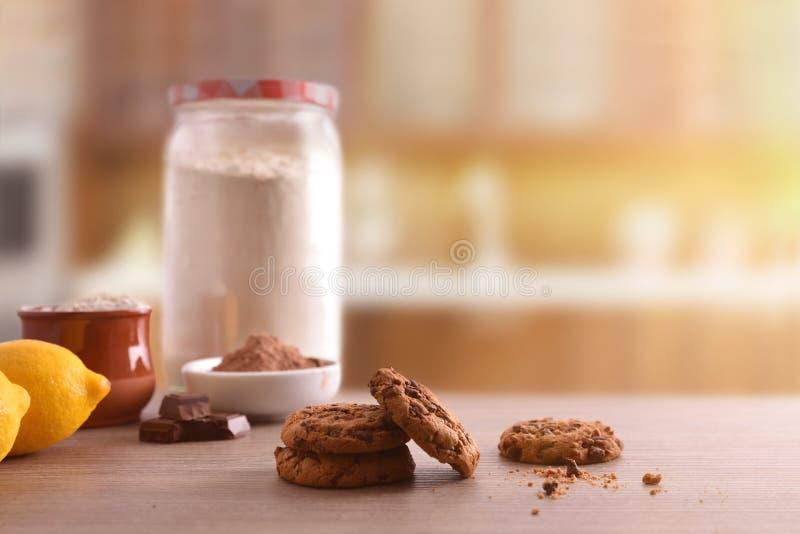 Galletas hechas en casa con los microprocesadores de chocolate en vista delantera de la tabla de madera fotos de archivo libres de regalías