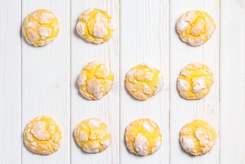 Galletas hechas en casa de la arruga del limón con la formación de hielo del azúcar en polvo Cracke imagenes de archivo