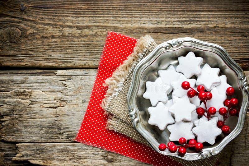 Galletas hechas en casa de la estrella de la Navidad en la formación de hielo blanca imagenes de archivo