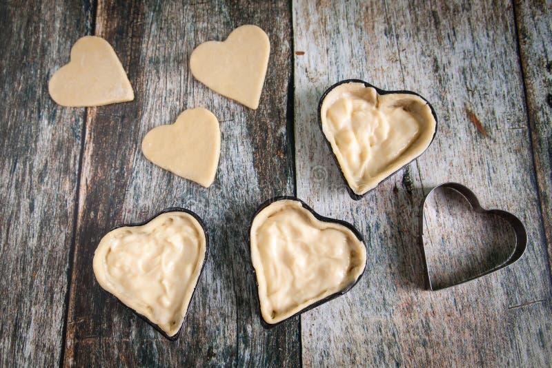 Galletas hechas en casa de la forma del corazón con crema de las natillas de la vainilla fotos de archivo libres de regalías