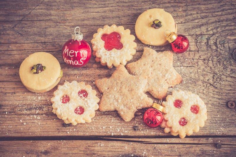 Galletas hechas en casa de la Navidad: Galletas, azúcar en polvo y chuchería deliciosos de la Navidad en la tabla de madera rústi imagen de archivo libre de regalías