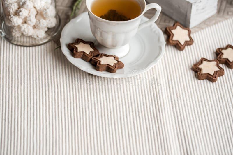 Galletas hechas en casa de Linzer de la Navidad o del Año Nuevo con la mermelada de fresa y el azúcar en polvo en tabla de cortar imagen de archivo libre de regalías