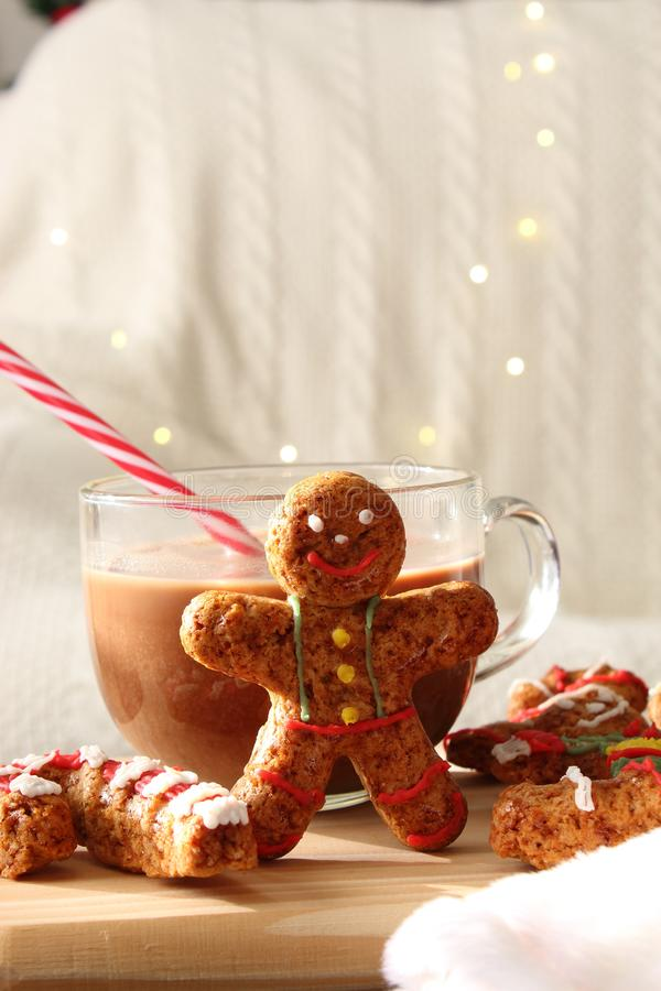 Galletas hechas en casa del hombre de pan de jengibre de la Navidad con una taza del chocolate fotos de archivo libres de regalías