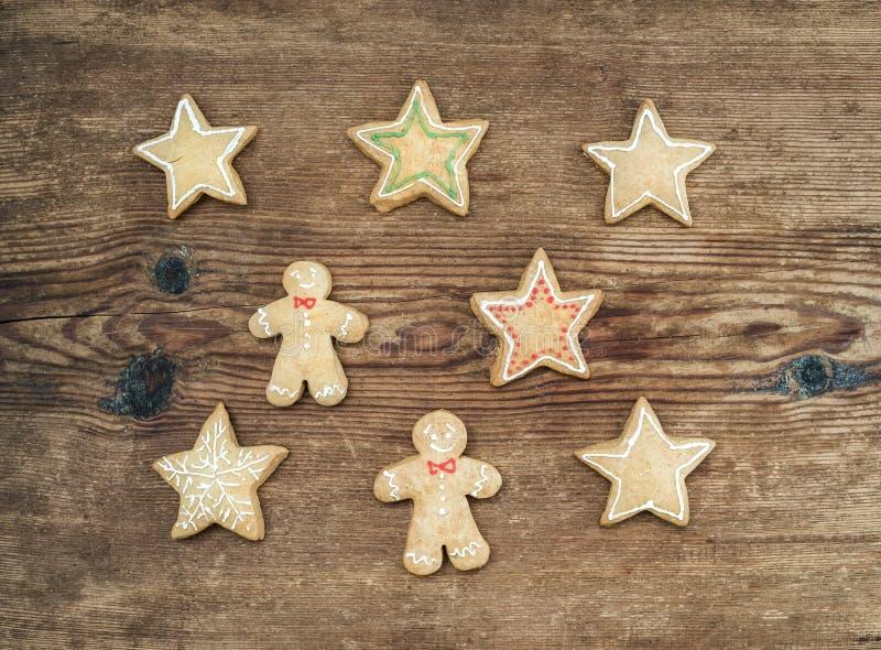 Galletas hechas en casa del pan de jengibre de la Navidad del hombre y de estrellas sobre el fondo de madera rústico, visión supe imagenes de archivo