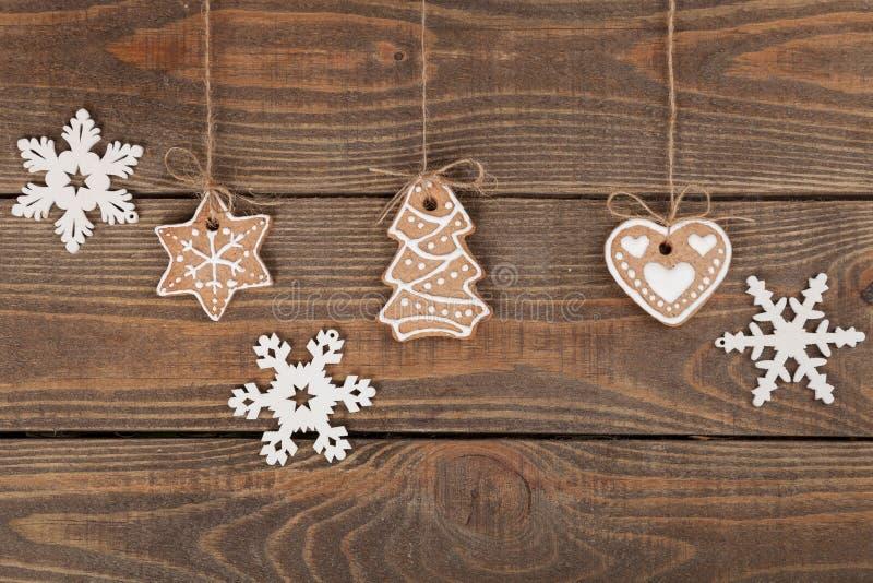 Galletas hechas en casa del pan de jengibre de la Navidad sobre de madera imagen de archivo libre de regalías