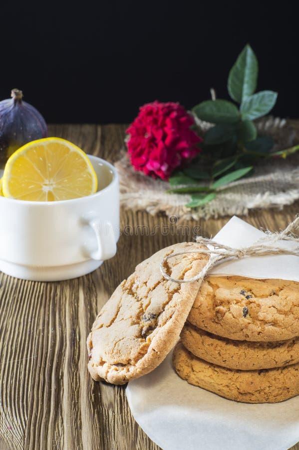 Galletas hechas en casa deliciosas con las pasas imagen de archivo