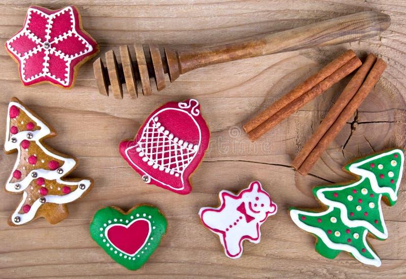 Galletas hechas en casa deliciosas del pan de jengibre de la Navidad en la madera imagenes de archivo