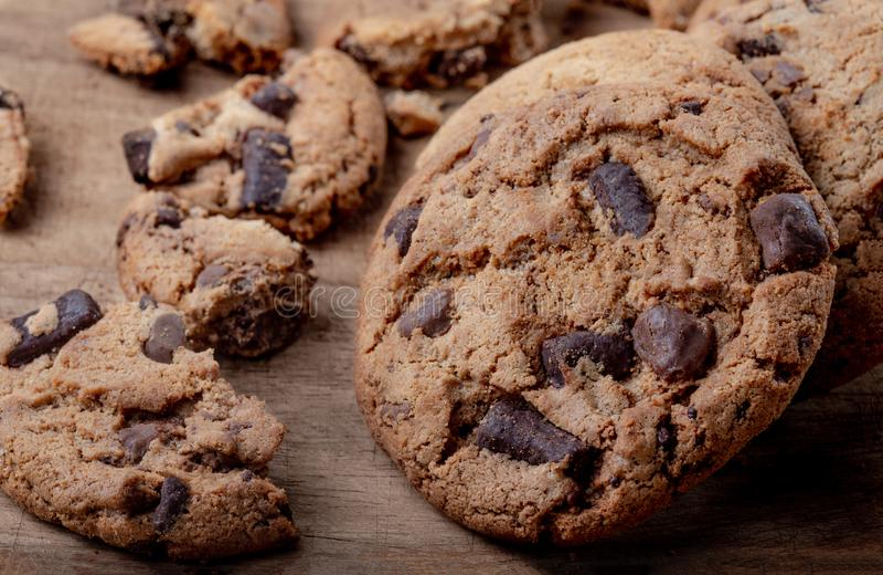 Galletas hechas en casa Las galletas de microprocesador de chocolate americanas en rústico cortejan fotografía de archivo