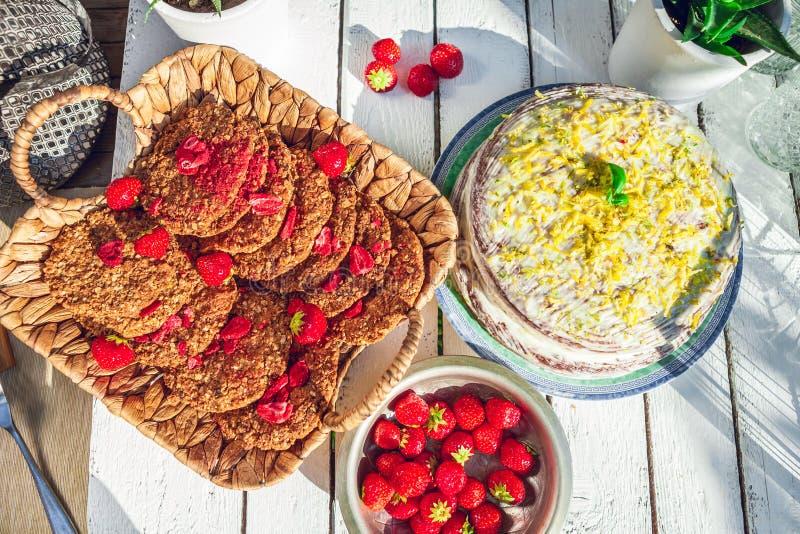 Galletas hechas en casa sanas de las fresas con la torta de zanahoria imagenes de archivo