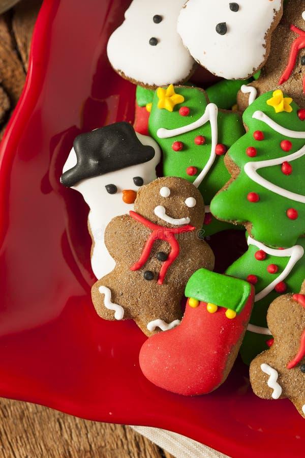 Galletas heladas tradicionales de la Navidad del pan de jengibre fotos de archivo
