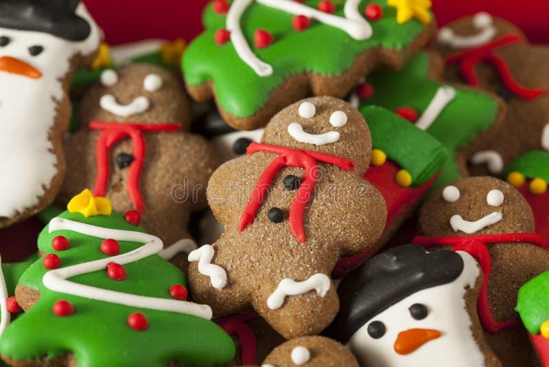 Galletas heladas tradicionales de la Navidad del pan de jengibre imágenes de archivo libres de regalías