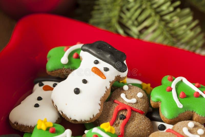 Galletas heladas tradicionales de la Navidad del pan de jengibre imagenes de archivo