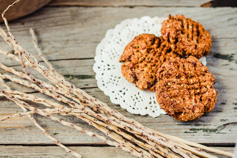 Galletas integrales hechas en casa con las semillas de la harina de avena, de lin y de s?samo en la tabla de madera r?stica Galle foto de archivo
