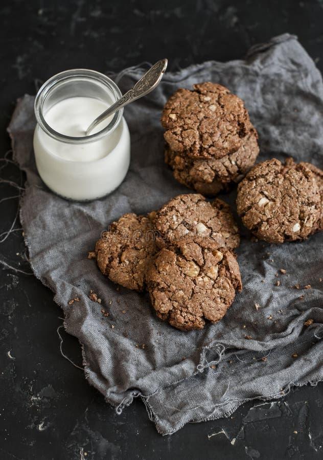Galletas libres del chocolate del gluten con nueces y un tarro de yogur fotos de archivo libres de regalías