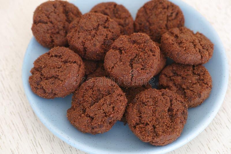 Galletas libres del gluten con los microprocesadores de chocolate imagenes de archivo