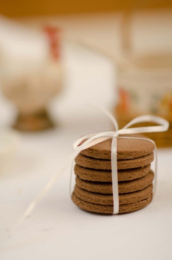 Galletas llanas del chocolate con la cinta foto de archivo libre de regalías