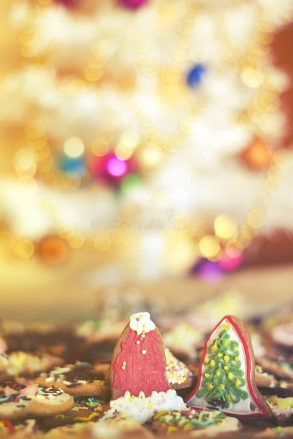 Galletas mezcladas de sequía de la Navidad debajo del árbol de Navidad imagenes de archivo