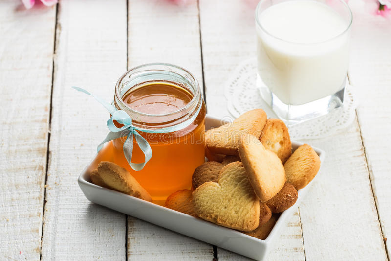 Galletas, miel y leche imagen de archivo