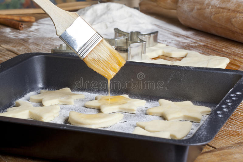 Galletas que aplican con brocha con mantequilla imagen de archivo libre de regalías