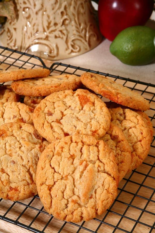 Galletas quebradizas del caramelo de cacahuete imagen de archivo