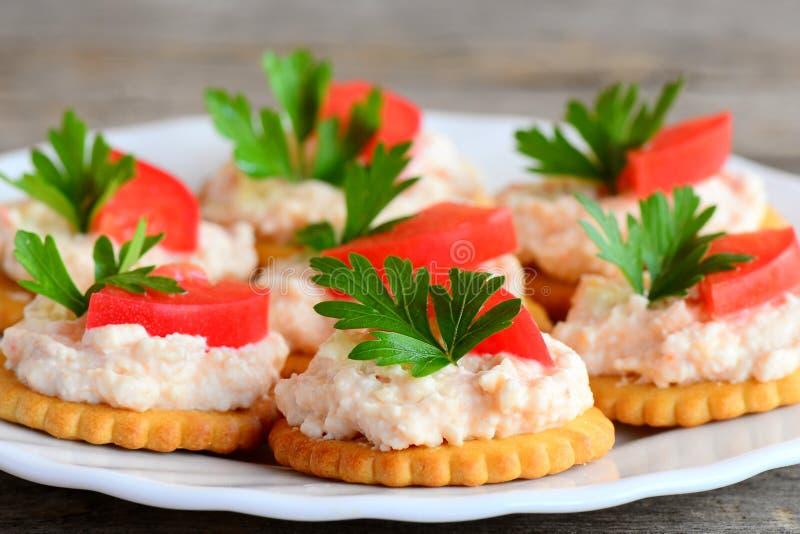 Galletas redondas de la galleta con el queso cremoso en una placa de la porción Bocado sano de las galletas saladas de la galleta foto de archivo