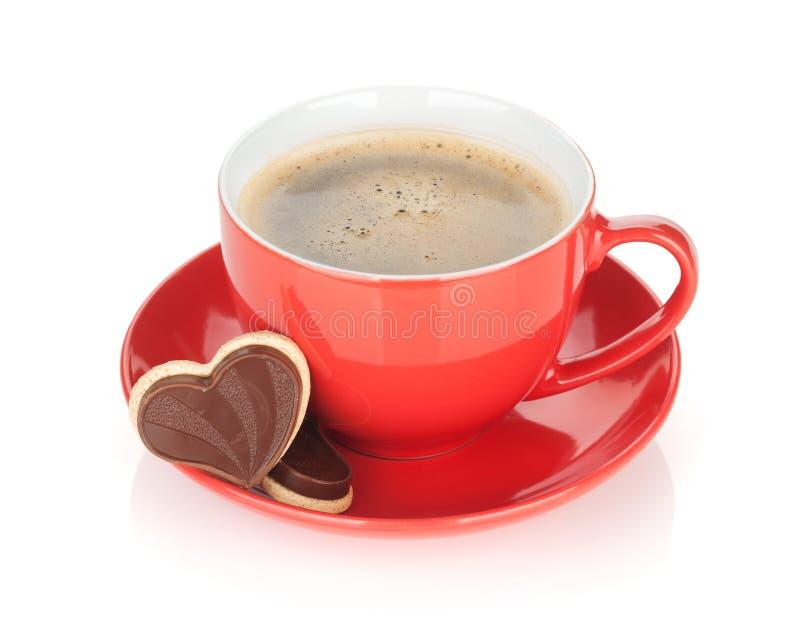 Galletas rojas de la taza y del chocolate de café fotografía de archivo libre de regalías
